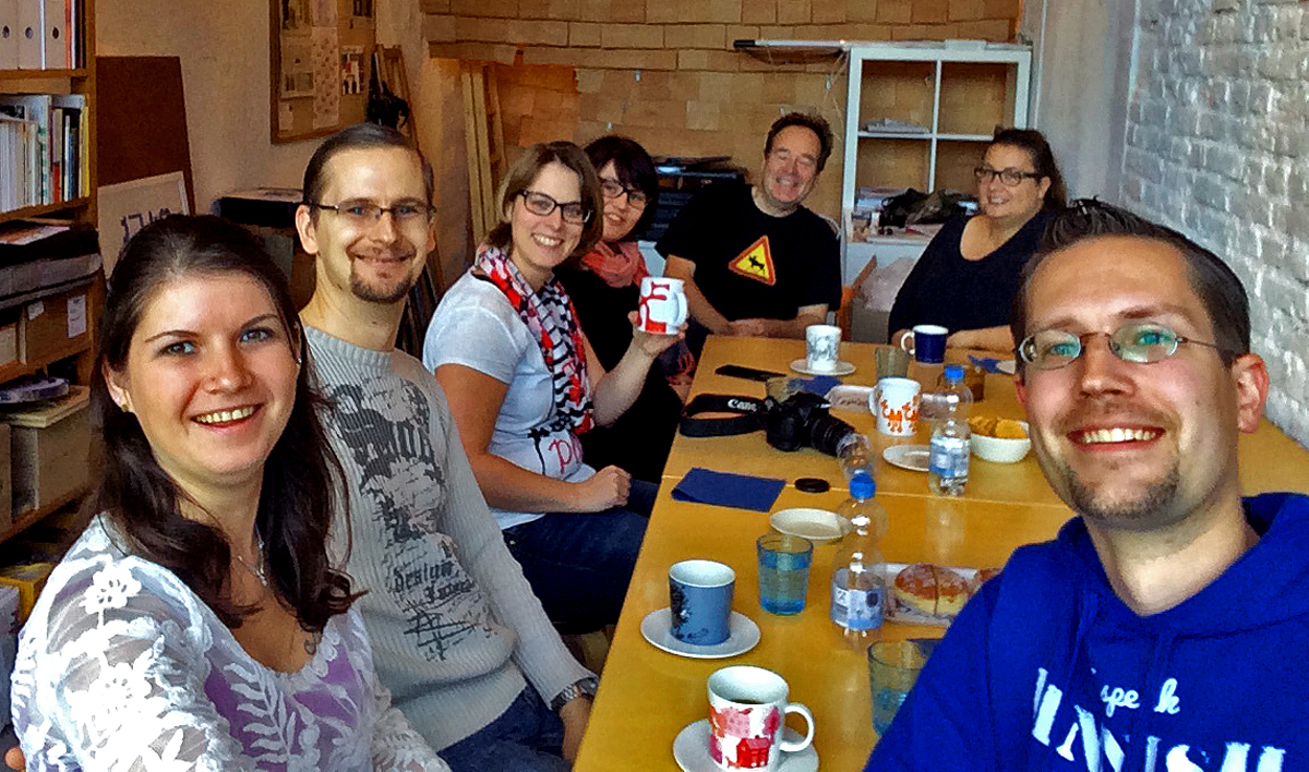 (FOTO: Finnpressions) Gemütliches Kaffekränzchen mit Ideenaustausch im FIN-GER Concept Store (von links: Steffi & Markus (Finnpressions), Inken (Finntastic), Tine (Finnweh), Juhani (FIN-GER Concept Store), Michaela (Mahtava) und René von Finntouch
