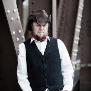 (FOTO: Dark Ride Brothers) Lautstarker Rock ist Vesa Winbergs große Leidenschaft. Doch auch der Country hat es ihm angetan. Er sorgt in der Band für rockige Gitarrenkänge.