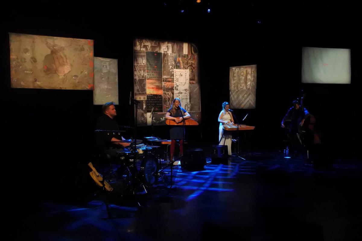 (FOTO: Jussi Tiainen) Mari Kalkun und Runorun während eines Auftrittes: im Hintergrund: Die von Tatjana Bergelt gestalteten Textilcollagen