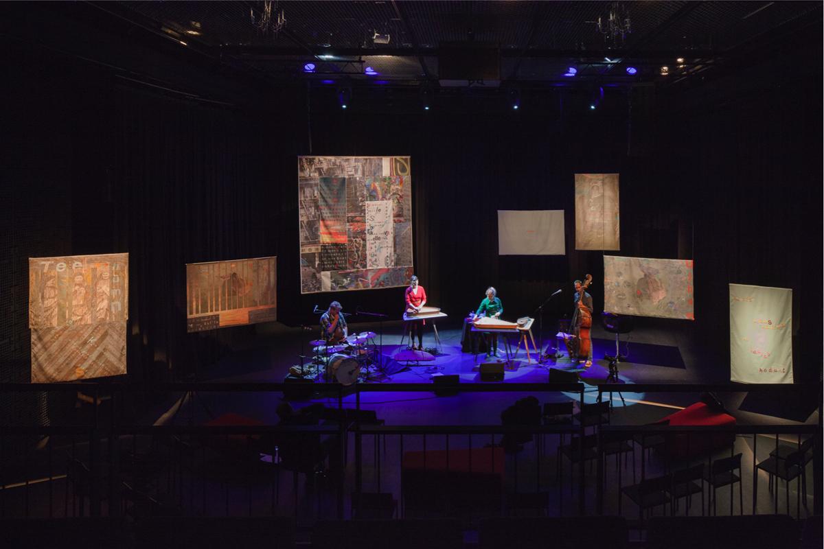 (FOTO: Jussi Tiainen) Die Sängerin Mari Kalkun und ihre Band Runorun und die von Tatjana Bergelt gestalteten Textilcollagen im Hintergrund