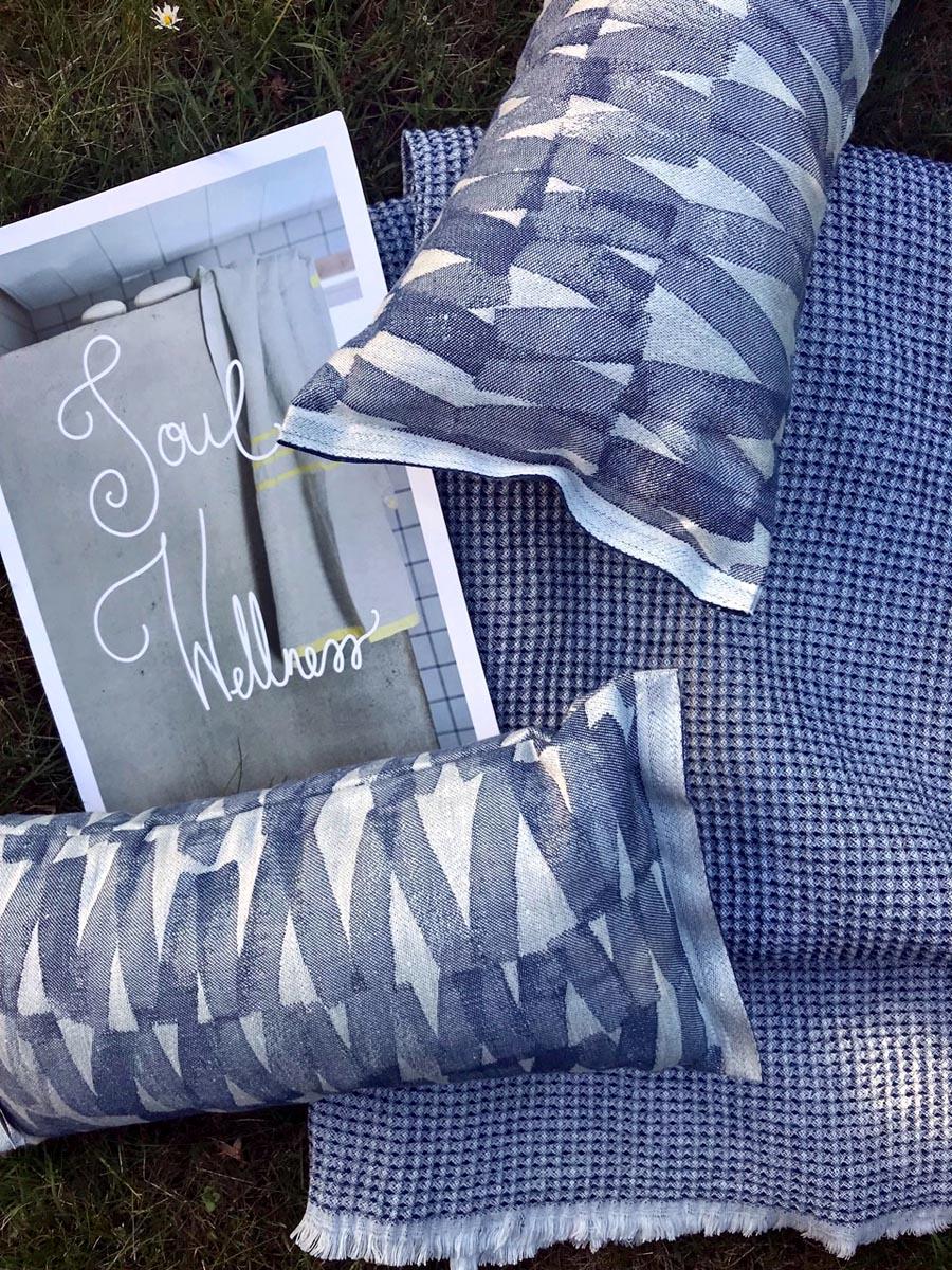 (FOTO: Nicoline Zarda, alati.de) Im Alati-Onlineshop gibt es hochwertige Saunakissen und Decken zum Beispiel von Lapuan Kankurit.