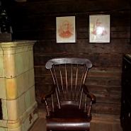 (FOTO: Finntastic) Im kleinen Holzhaus gibt es sogar einen Kamin.