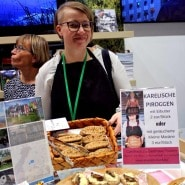 (FOTO: Finntastic)  Anni bietet in ihrem Gasthaus Puukarin Pysäkki karelische Dinner an. Ihre karelischen Piroggen sind super lecker.