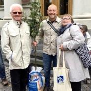 (FOTO: Alexander Richter) Alexander Richter mit dem Apfelbaum. Hier zu sehen mit seinem Papa (links) und der finnischen Reiseleiterin Asta Häkkinen (rechts).