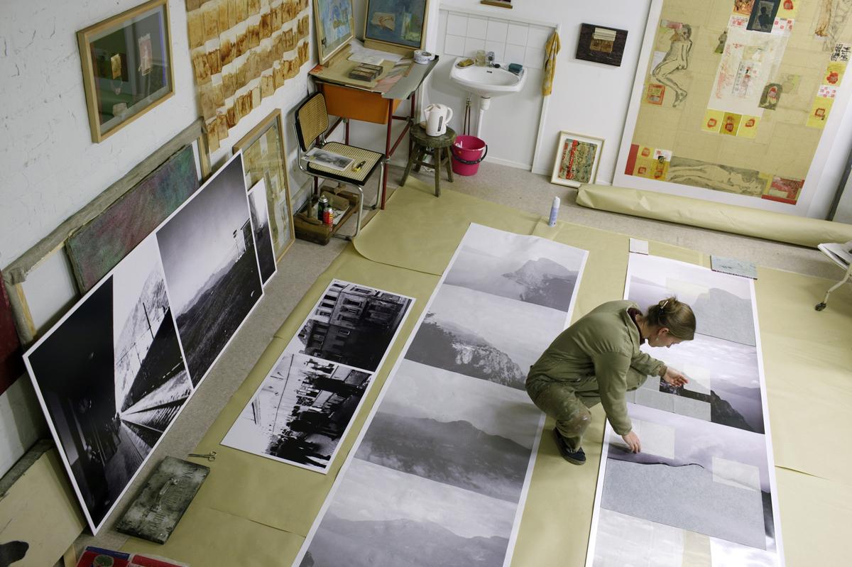 (Foto: Pekka Elomaa) Die Künstlerin Tatjana Bergelt bei der Arbeit in ihrem Atelier