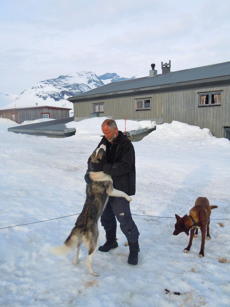 Dietr(FOTO: Dietrich Bender) Die Huskies haben vollstes Vertrauen zu(FOTO: Dietrich Bender) Die Huskies haben vollstes Vertrauen zu ihrem Musher, Dietrich Bender. ihrem Musher.ich Bender und Huskies