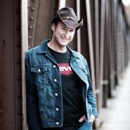 (FOTO: Dark Ride Brothers) Sven Langbein gründete gemeinsam mit Vesa Winberg die Band. Er spielt die Akustikgitarre und sorgt so für die melodischen Gitarrenklänge der Dark Ride Brothers.