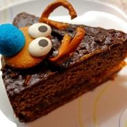 (FOTO: Finntastic) Der Kuchen wird zum Servieren in sechs gleiche Stücke geschnitten.