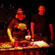 (FOTO: Finntastic) Das sympathische Merchandise-Team der Dark Ride Brothers