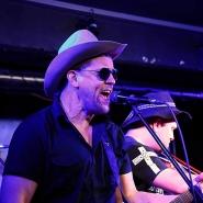 (FOTO: Homburg Fotografie) Background-Stimme und Gitarrist Risto Hyytiäinen heizt dem Publikum ein.