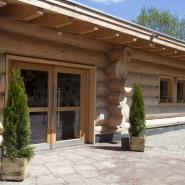 """(FOTO: Heike Friedrich) Die gigantische Holz-Lodge der """"nordischen Welt"""" des Tierparks Sababurg"""