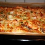 (FOTO: Finntastic) Die Flammlachspizza mit ihrer krossen Lachs-Käse-Kruste.