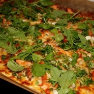 (FOTO: Finntastic) Der grüne Rucola verleiht der Flammlachspizza noch ein wenig Farbe.