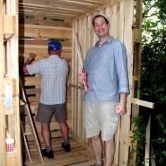 (FOTO: Finntastic) Dank der beiden DFG-ler Ernst Kraus (links) und Johannes Follmer (rechts) nimmt die FIN-GER Sauna schnell Gestalt an.