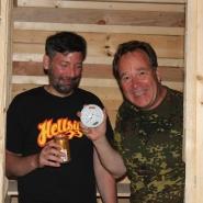 (FOTO: Finntastic) Juhani und Matthias testen die finnomenale FIN-GER Sauna. Das Thermometer beweist, der Saunaofen funktioniert!