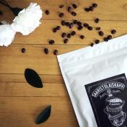(FOTO: Finnflavours) Der aromatische Archipelkaffee von Mokkapuu wird in Handarbeit auf der wunderschönen finnischen Insel Kustavi hergestellt und verzaubert mit einem Hauch von Zitrone, süßem Karamel, Zimt und Zeder.