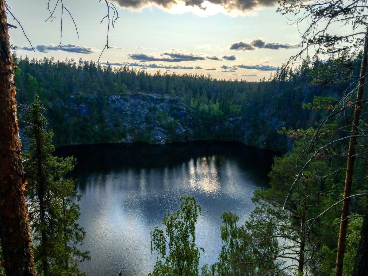 (FOTO: Anja Degiampietro) Der Pakasaivo-See in der Nähe von Muonio in der Abenddämmerung.