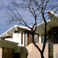 """(FOTO: Illustration aus Kaisa Broner-Bauers Buch """"Visions of architecture"""", Oku Publishing) Das Gebäude der finnischen Botschaft in Neu Delhi hebt sich durch seinen Baustil deutlich ab von anderen Gebäuden in der Umgebung."""