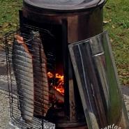 (FOTO: Finntastic) Finnischer Flammlachs wird traditionell am offenen Feuer langsam gegart.