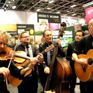 """(FOTO: Finntastic) Die schräge Band """"Walk-A-Tones"""" sorgte während des kulinarischen  Events am Hessenstand für gute Unterhaltung."""