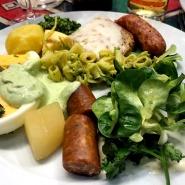 (FOTO: Finntastic) Mein Spezialitätenteller vom kulinarischen Hessenevent. Ich muss zugeben auch die  Frankfurter Grie Soße von Reiner Neidhart schmeckt hervorragend. Nur der Handkäs mit Musik war etwas gewöhnungsbedürftig...