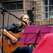 (FOTO: Finntastic) Claudia Brendler mit ihrer Akustikgitarre.