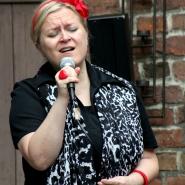 (FOTO: Finntastic) Leadsängerin Laura Ryhänen von Uusikuu verleiht den Songs Gefühl und Melancholie.