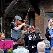 (FOTO: Finntastic) Claudia Brendler unterstützt das Uusikuu-Trio während der Tangoeinlagen tatkräftig auf der Akustikgitarre.