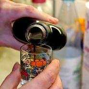 (FOTO: Finntastic) Für das Topping braucht ihr ein Schnapsglas Salmiakki.