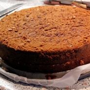 (FOTO: Finntastic) Zunächst nehmt ihr den Kuchen aus der Springform und schneidet ihn einmal in der Mitte durch.
