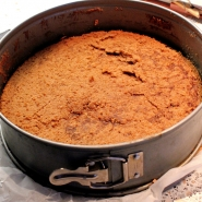 (FOTO: Finntastic) Das untere Kuchenstück platziert ihr wieder in der Springform.