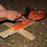 (FOTO: Finntastic) Das provisorische Holzkreuz ist die ideale Konstruktion für das Zubereiten von Flammlachs.