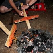 (FOTO: Finntastic) Nachdem die Flammlachs-Installationen am Feuer fixiert sind, gart der Lachs eine ganze Weile am Feuer. Juhani verrät mir, dass er fertig ist, wenn er goldbraun und knusprig ist.