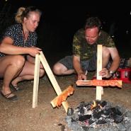 (FOTO: Finntastic) Juhani und Katharina haben den Dreh raus beim Aufstellen der improvisierten Flammlachsinstallationen.