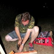 (FOTO: Finntastic) Juhani zeigt mir, wie man den Flammlachs am Holz befestigt.