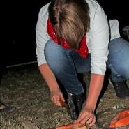 (FOTO: Finntastic) Ich folge Juhanis Anweisungen und pinne den rohen Lachs mit dem Hammer und mehreren Nägeln auf ein Holzkreuz.
