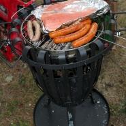 (FOTO: Finntastic) Auf dem Grill gart der finnische Lachs und die kultige Bürgerbräubratwurst