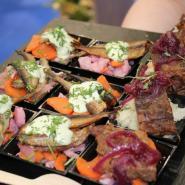(FOTO: Finntastic)  Muikut mit Grüner Soße nach Savo Art und saftiges Fleisch vom finnischen Hochlandrind.