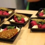 (FOTO: Finntastic) Brennnessel-Blini, Rote Bete Quinoa und Steinpilzcreme.