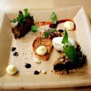(FOTO: Finntastic) Dreierlei nach Savo Art: Käsekuchen mit Lakritz, Dinkelpfannkuchen und Blaubeerkuchen.