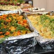 (FOTO: Finntastic) In Finnland kommt frisches Gemüse  sowie Kartoffelauflauf auf den Tisch.