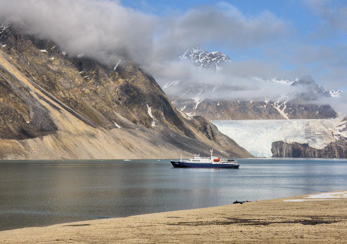 """(FOTO: Heiner Kubny) Das Expeditionsschiff """"Plancius"""" wirkt in der gigantischen Kulisse wie ein Spielzeugschiff."""