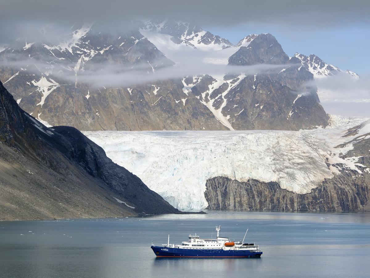 """(FOTO: Heiner Kubny) Auf Expedition mit der """"Plancius"""" haben die Polarreisenden einen gigantischen Blick auf das Panorama Spitzbergens."""