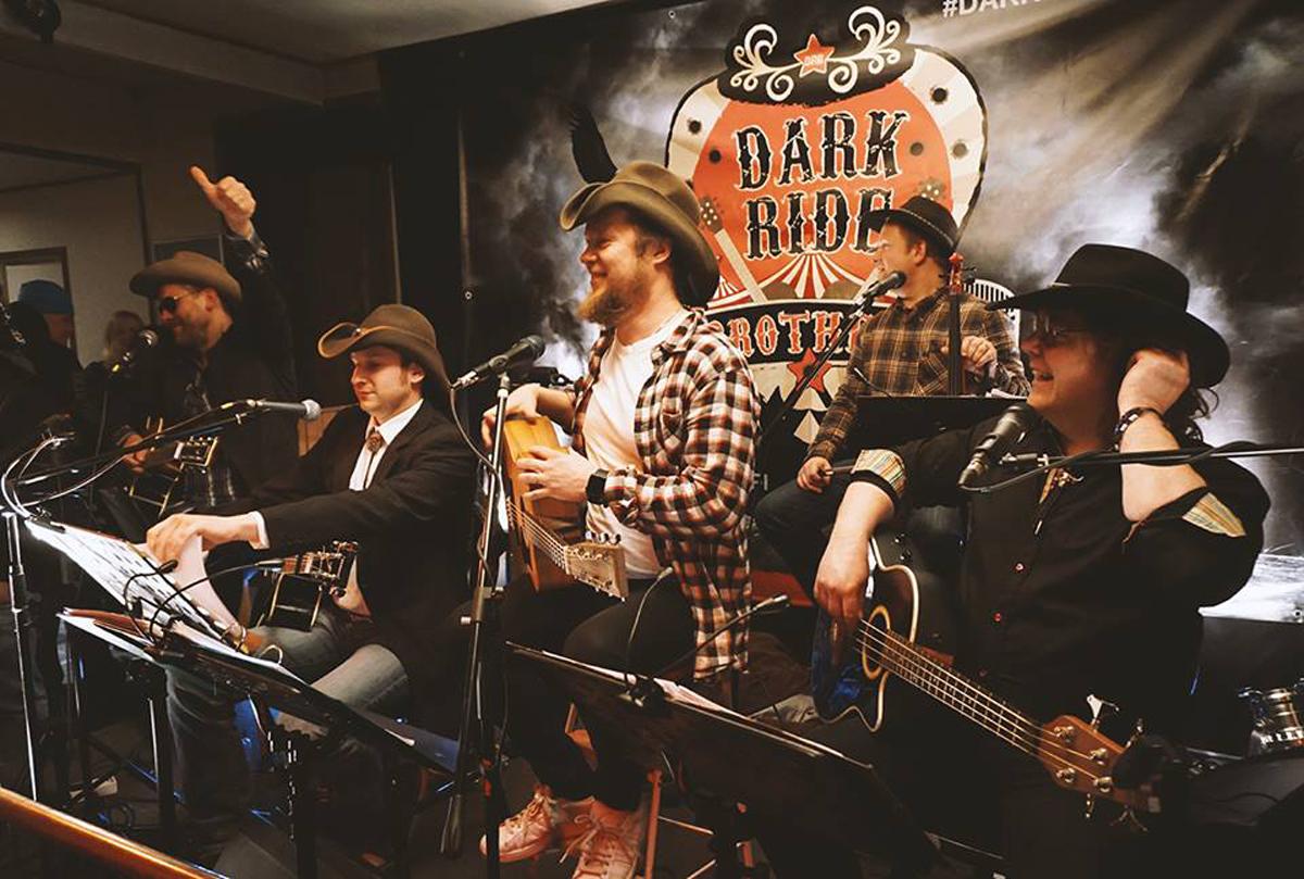 (FOTO: Henri Putto) Die Dark Ride Brothers bringen auf jedem Gig das Pub(FOTO: Ninja Isola) Die Dark Ride Brothers ziehen das Publikum mit einer schwungvollen Mischung aus Country, Rock und Rock'n Roll in ihren Bann.likum zum Toben.