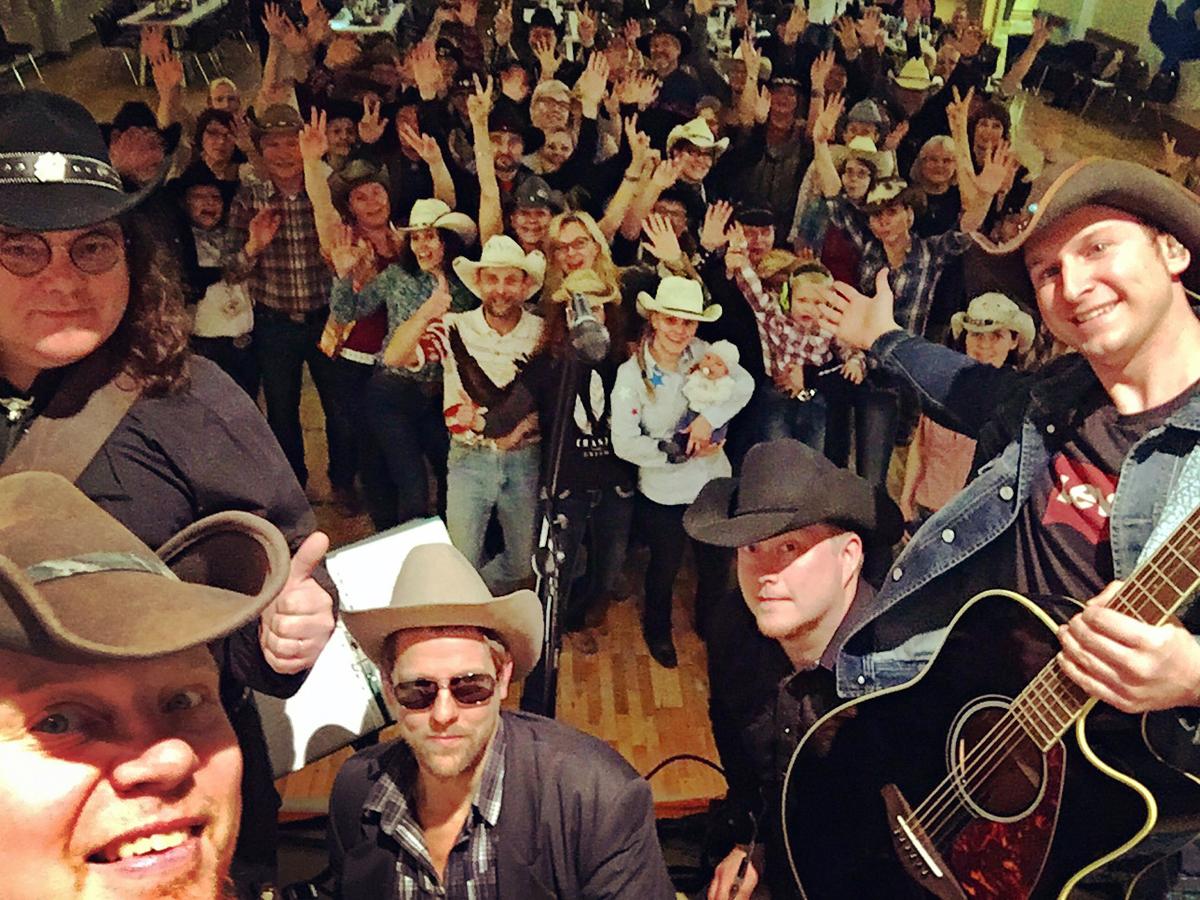 (FOTO: Dark Ride Brothers) Die Musik der Dark Ride Brothers rockt und lädt zum Mittanzen und -singen ein.