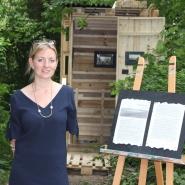 (FOTO: Finntastic) Die Künstlerin Laura vor der FIN-GER Sauna