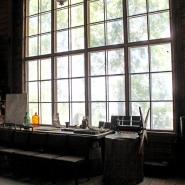 (FOTO: Finntastic) Das große Fenster an seinem Arbeitsplatz sorgte für ordentlich Tageslicht in der eher dunklen Holzvilla.