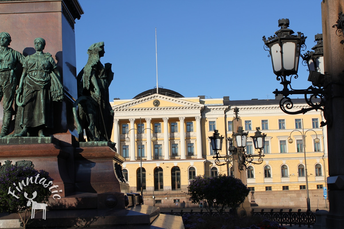 Helsinkier Senatsplatz - Blick auf das Gebäude der Universität Helsinki