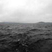 (FOTO: Mikael Diehl) Die Bootstour zum Ukkokivo war abenteuerreich, denn der Inari-See zeigte sich von seiner wilden Seite.