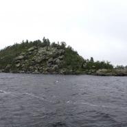 (FOTO: Mikael Diehl) Der Ukkokivi befindet sich auf einer Insel mitten im Inarisee und gilt in der samischen Kultur als heilig.